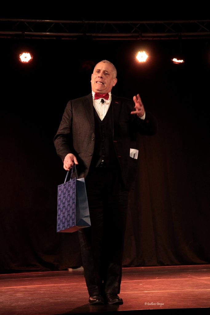 soirée Mimages fait son cirque à Saint-Sylvestre en Ardèche, festival du geste et du Mime, 2018, Thierry Nadalini anime la soirée