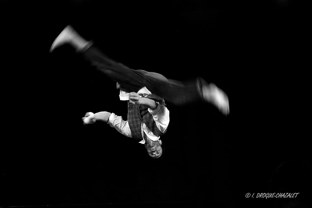 soirée Mimages fait son cirque à Saint-Sylvestre en Ardèche, festival du geste et du Mime, 2018, Pochtromorphose par la compagnie la Vrille